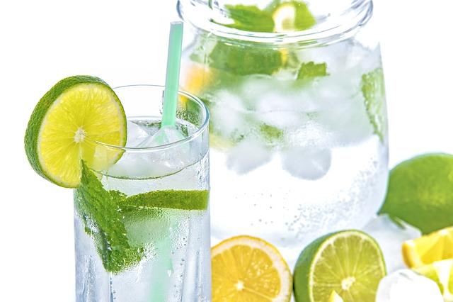 Cambiando los refrescos para los niños por el peligro del consumo